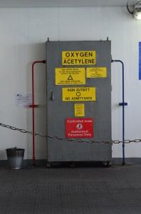 Irgendwie sind hier Gasanschlüsse und daher Raucher, Feuer und offenes Licht verboten. Nur, das die Kette die Grenze zum Raucherbereich darstellt ... na Mahlzeit