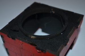 Die Unterseite wird eingepasst und der schwarze Ring fixiert. WICHTIG: Den Ring von außen mit feinem Schmiergelpapier bearbeiten. Alle Grate müssen entfernt sein. Ansonsten kann die Drehkanzel später dem ersten Teil ihres Namens nicht gerecht werden.