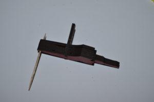 """Den kleinen """"Balken"""" in die Nut einführen, so dass Kanone 1 ganz an der Außenseite des balken hängt."""