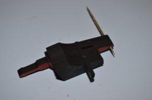 Diesen Klotz nun neben Laserkanone 1 am Balken fixieren. Dabei darauf achten, das zwischen Kanone und Klotz keine Luft verschwendet wird.