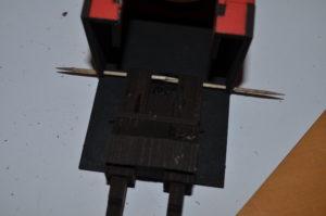 Noch einmal wird es kniffelig: Nachdem man den Deckel auf die Kanonen geklebt hat (leider kein Foto gemacht) wird die gesamte baugruppe mit zwei Zahnstochern an der Drehkanzel befestigt. Wenn man bei den Querstreben der Kanzel oder dem Zusammenbau der Kanonen nicht suaer auf Anschlag gearbeitet hat, kann es sein, das die Kanone nicht in die vorgesehne Stelle passt (Hab ich geflucht, ey!). Also: Schön immer auf Anschlag arbeiten!
