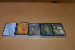Fünf Stapel mit Karten finden sich hier drin - Ziemlich viel für ein Rollenspiel, oder?